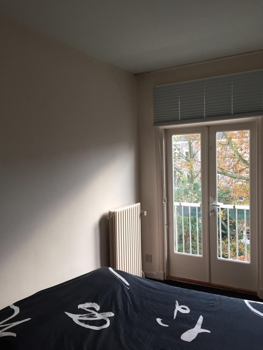 Stucen Over Glasvezelbehang.Opfrissen Slaapkamer In Amsterdam Gedaan Door